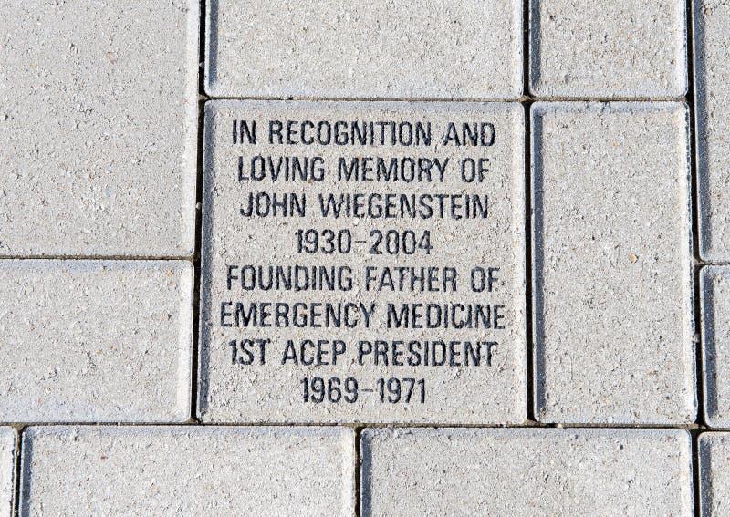 Ziegelstein zu Ehren John Wiegensteins, EMF-Piazza, nationale ACEP-Hauptsitze, Dallas, Texas stockfotos
