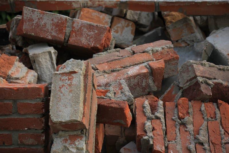 Ziegelsteine in einem Müllcontainer stockfotos