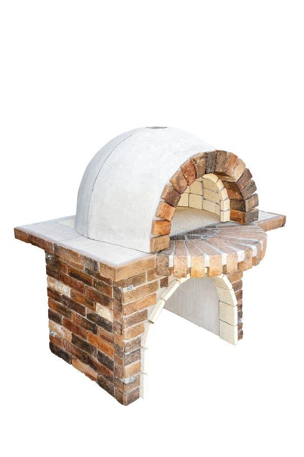 Ziegelsteingartenofen für das Backen oder das Grillen des Fleisches, der Pizza, des Brotes, des usw. Getrennt auf einem wei?en Hi lizenzfreies stockbild