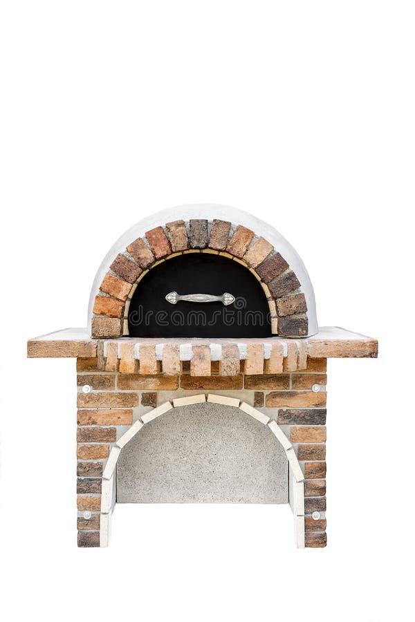 Ziegelsteingartenofen mit einem Metalldeckel für das Backen oder das Grillen des Fleisches, der Pizza, des Brotes, des usw. Getre stockfotos