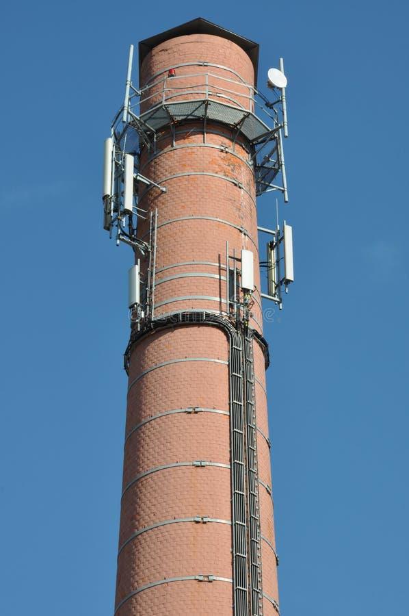 Ziegelsteinkamin mit Antennenzellensystemen lizenzfreies stockfoto