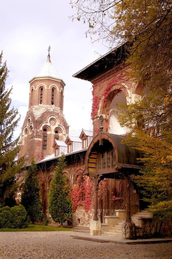 Ziegelsteinkirche und -haus lizenzfreie stockbilder