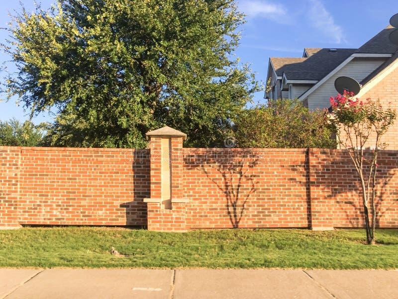 Ziegelsteinschirm ummauert Wohnhäuser im Dallas-Fort wert Bereich, lizenzfreies stockfoto