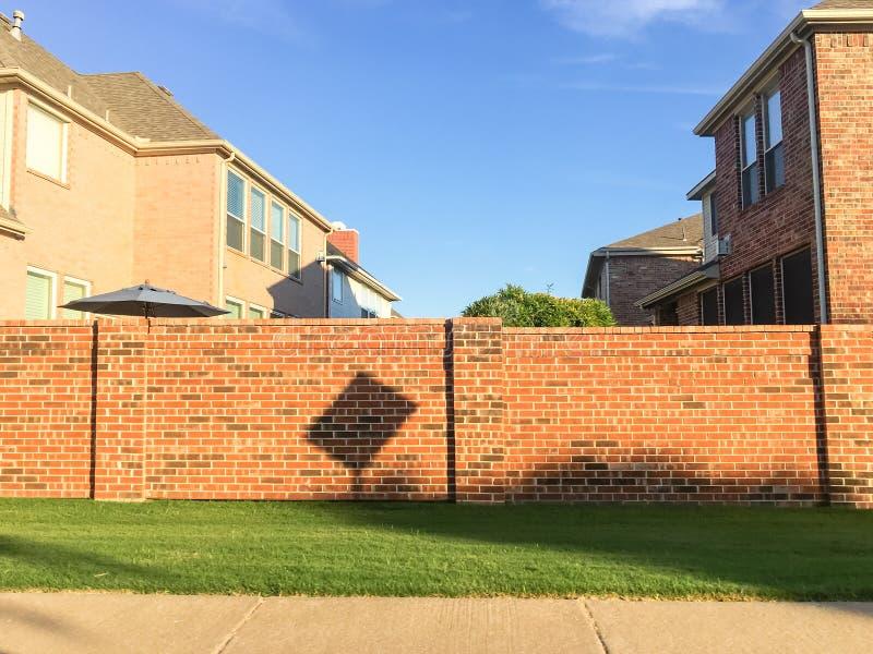 Ziegelsteinschirm ummauert Wohnhäuser im Dallas-Fort wert Bereich, stockbild