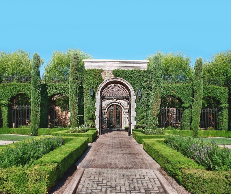 Ziegelsteinsteingarten Pfad und Topiary lizenzfreie stockbilder