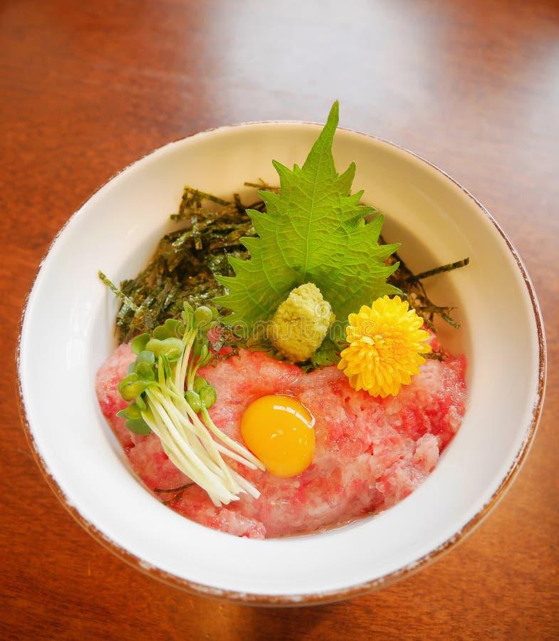 Ziehen gehackter roher Thunfischbauch der japanischen traditionellen Küche auf Reisschale maguro mit Eigelb, Sojabohnensprossen,  lizenzfreies stockfoto