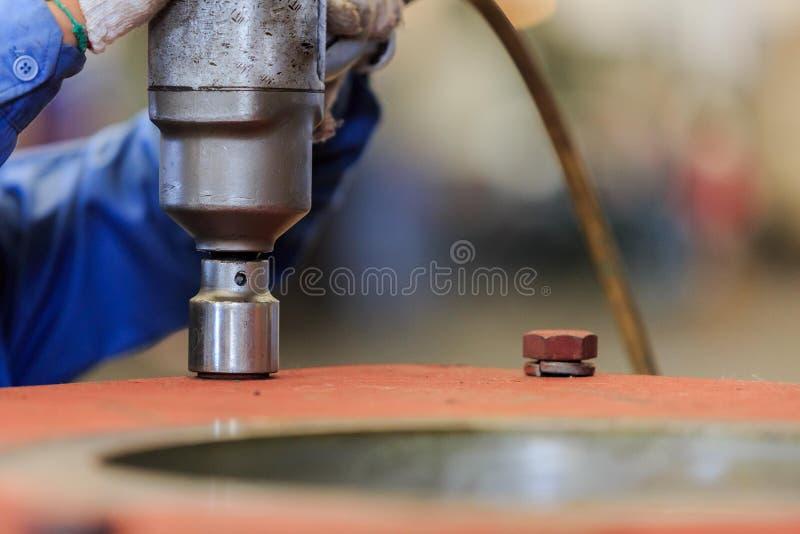 Ziehen Sie Bolzen mit pneumatischem Drehmomentschlüssel fest stockfotos
