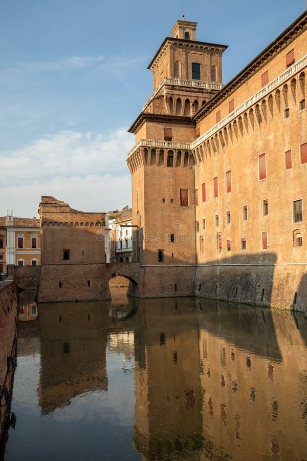 Ziehen Sie sich Estense, eine vier hochgeragte Festung vom 14. Jahrhundert, Ferrara, Emilia-Romagna zurück stockbilder