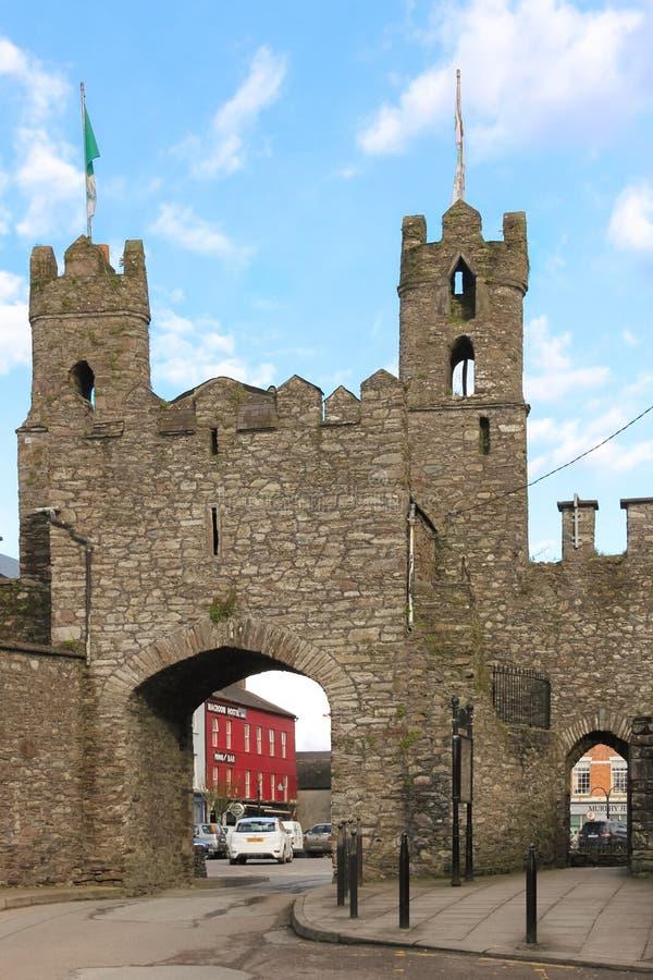 Ziehen Sie sich Ruinen zurück Eingangs-Bogen Macroom irland stockfotos