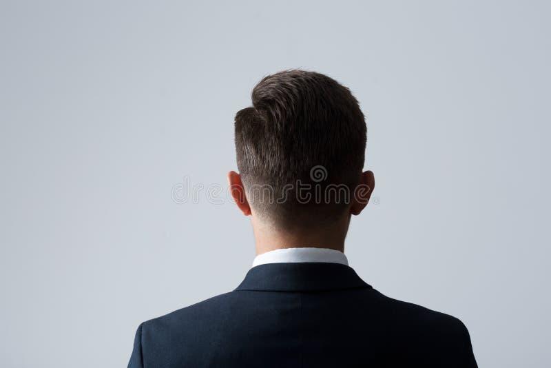 Ziehen Sie sich vom Kopf des Mannes zurück stockfoto
