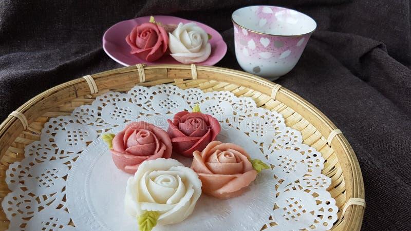 ziehen Sie traditionellen thailändischen Nachtischsüßigkeitskuchen im Korb des keramischen Tellers und des Messings an lizenzfreie stockbilder