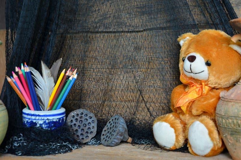 Ziehwerkzeuge mit Bärnpuppe und schwarzer Masche stockbild