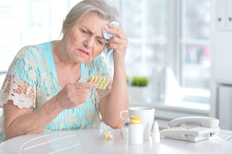 Ziek bejaarde met medicijn royalty-vrije stock afbeeldingen