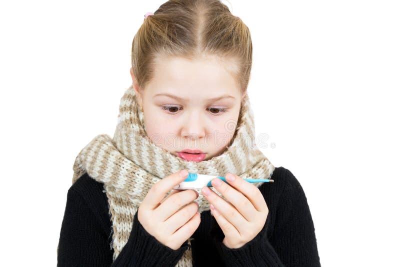 Ziek geïsoleerdo meisje met thermometer royalty-vrije stock afbeeldingen