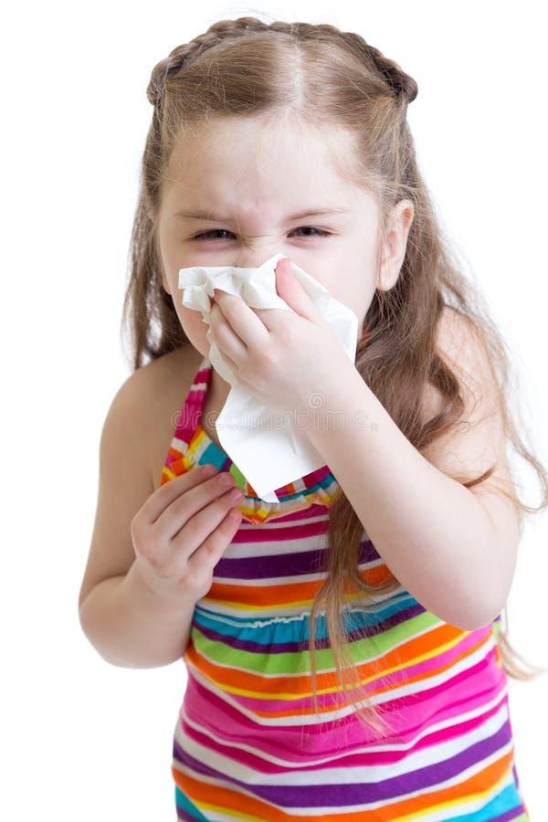 Ziek kind afvegende of schoonmakende neus met weefsel stock foto