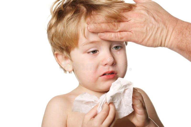Ziek kind dat zijn neus afveegt royalty-vrije stock afbeeldingen