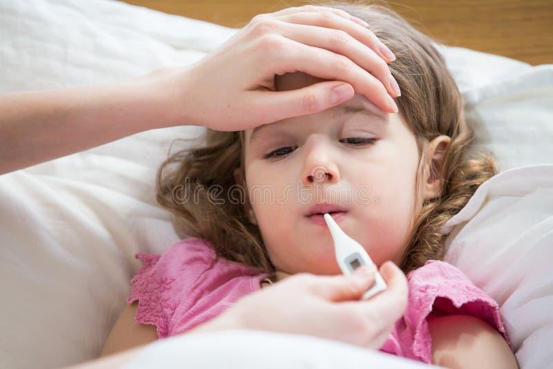 Ziek kind met koorts royalty-vrije stock foto's