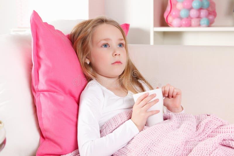 Ziek kind thuis royalty-vrije stock foto