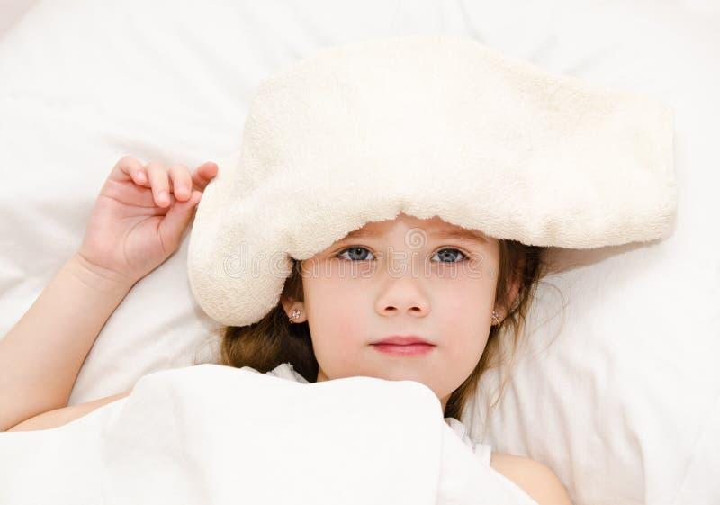 Ziek meisje die in het bed liggen royalty-vrije stock afbeelding