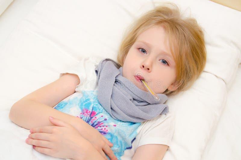 Ziek meisje die in het bed met temperatuur liggen royalty-vrije stock afbeelding