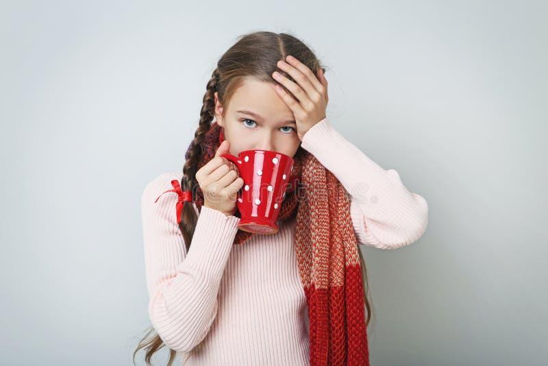 Ziek meisje met kop thee stock afbeeldingen