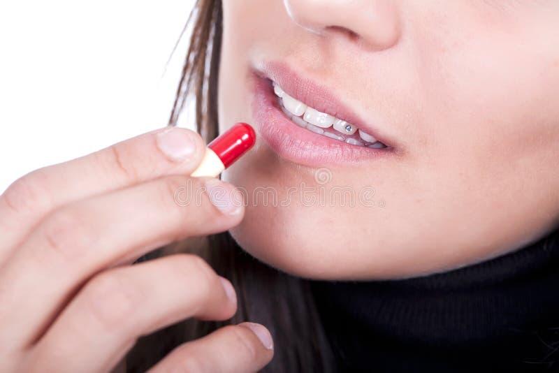 Ziek wijfje dat een pil neemt royalty-vrije stock afbeeldingen