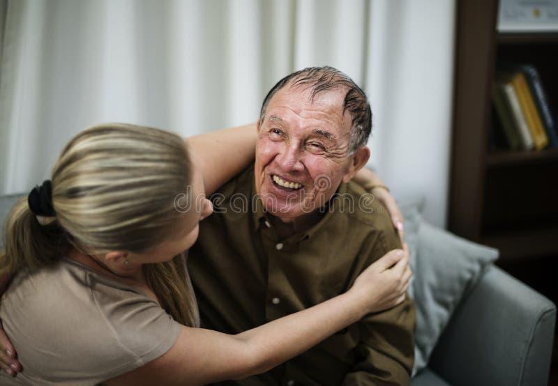Zieke bejaarden die bij het ziekenhuis blijven stock fotografie