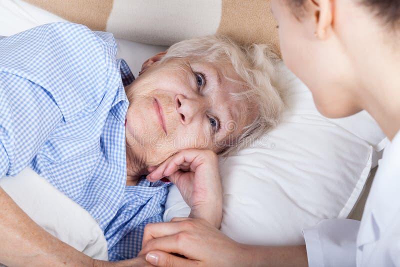 Zieke dame en haar verpleegster royalty-vrije stock foto's