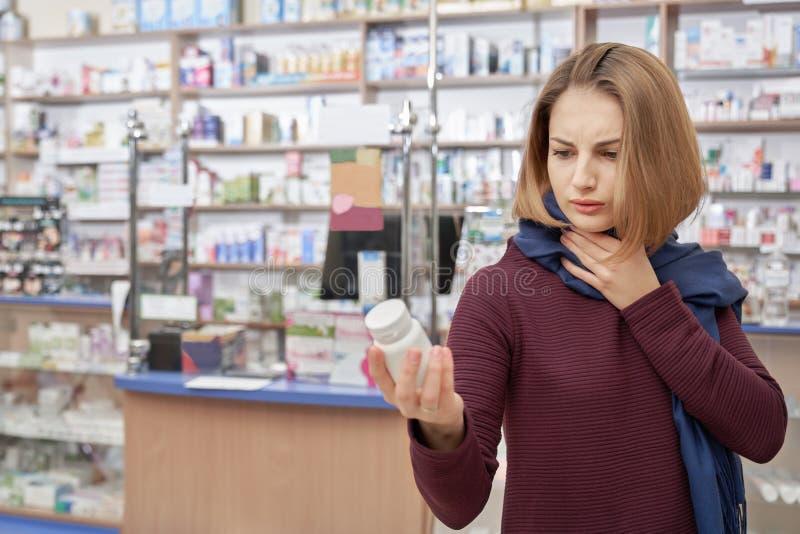 Zieke de flessenspot van de vrouwenholding met geneesmiddelen stock fotografie