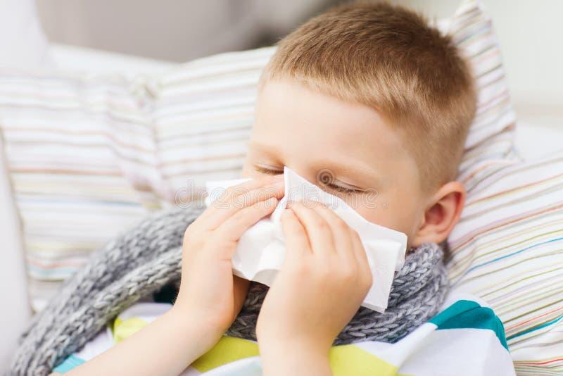 Zieke jongen met griep thuis royalty-vrije stock afbeelding