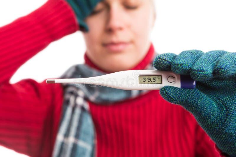 Zieke koude vrouw die thermometre met op hoge temperatuur tonen stock foto's
