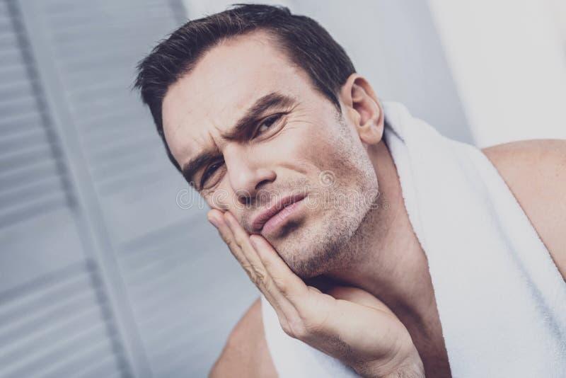 Zieke mens die aan tandpijn lijden royalty-vrije stock foto