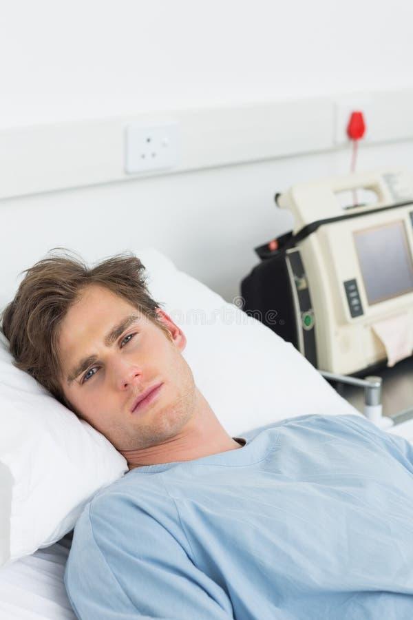 Zieke mens die in het ziekenhuisbed liggen royalty-vrije stock foto's