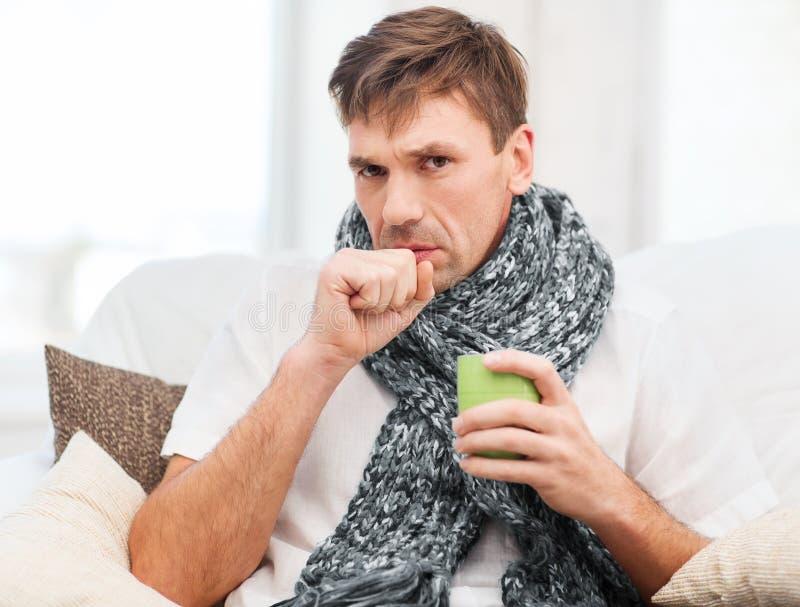 Zieke mens met griep thuis stock afbeeldingen