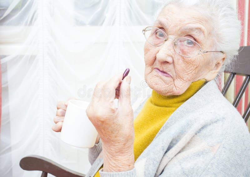 Zieke oude dame royalty-vrije stock afbeeldingen