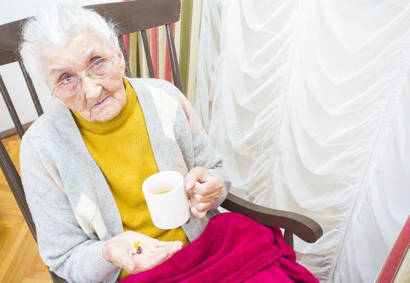 Zieke oude dame stock foto's