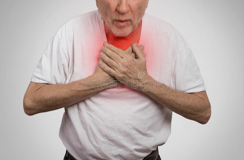 Zieke oude mens, bejaarde kerel, die strenge besmetting, borstpijn hebben royalty-vrije stock fotografie
