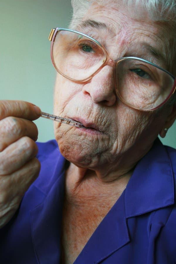 Zieke oude vrouw   stock fotografie