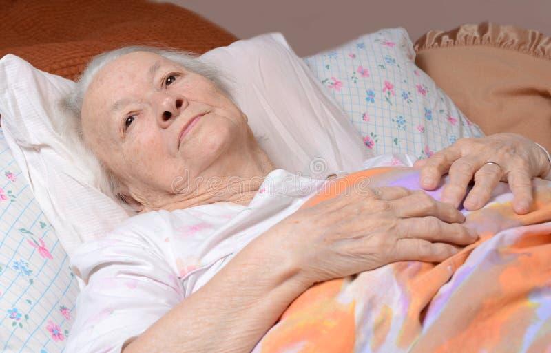 Zieke oude vrouw royalty-vrije stock afbeeldingen