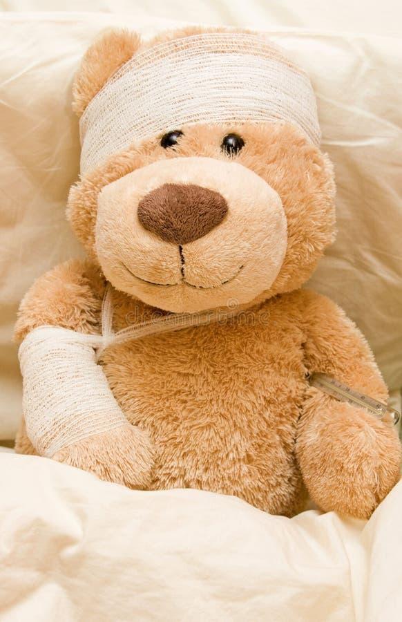 Zieke teddybeer stock afbeeldingen