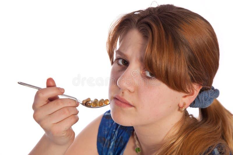Zieke tiener die pillen neemt stock foto