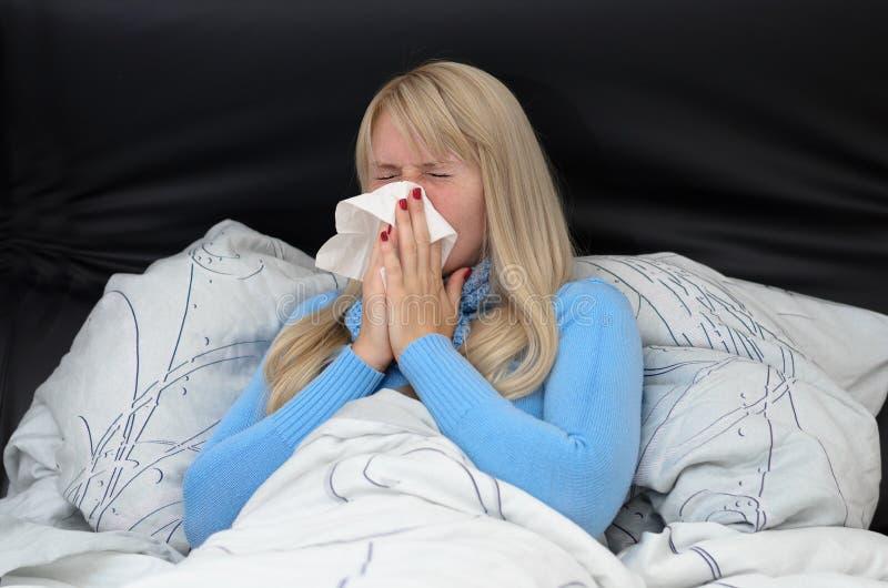 Zieke vrouw die aan hayfever of griep lijden royalty-vrije stock afbeelding