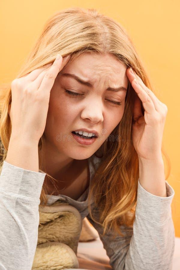 Zieke vrouw die aan hoofdpijnpijn lijden stock afbeeldingen