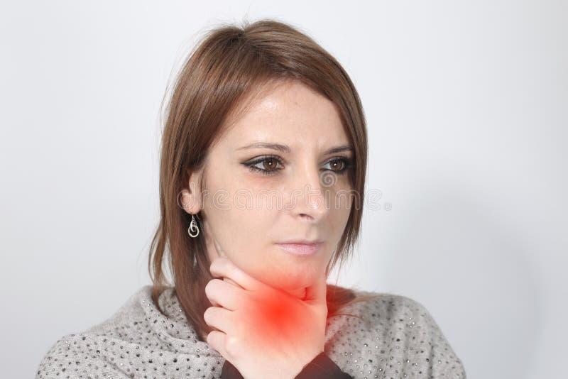 Zieke vrouw die aan keelpijn lijden royalty-vrije stock foto
