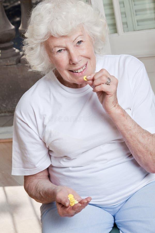 Zieke Vrouw die haar Pillen nemen royalty-vrije stock afbeelding