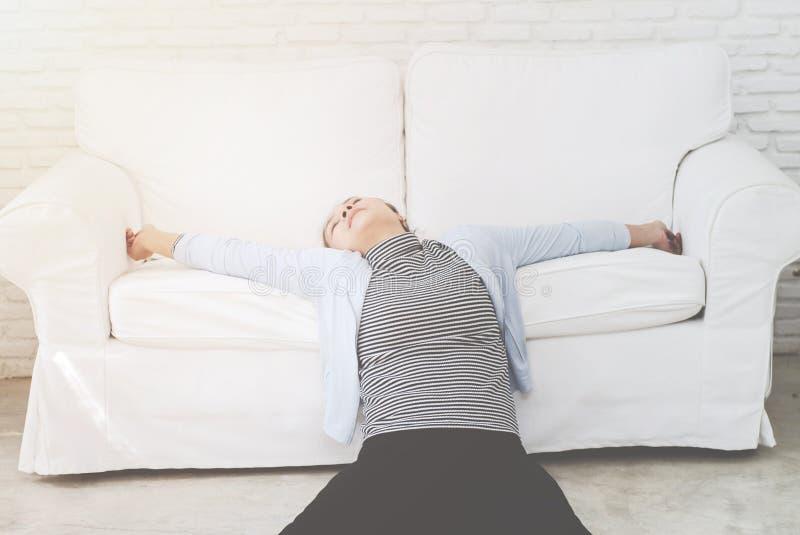 Zieke vrouw die op het bed liggen royalty-vrije stock foto's