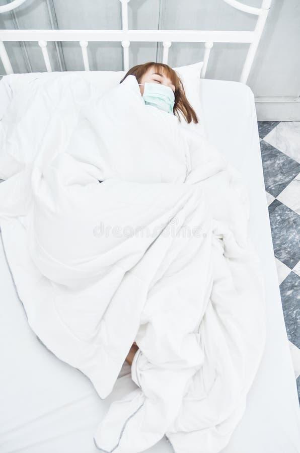 Zieke vrouw die op het bed liggen royalty-vrije stock afbeelding
