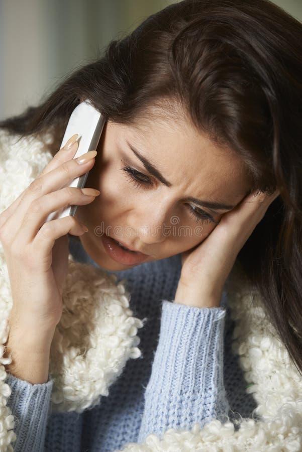 Zieke Vrouw die in Zieken telefoneren om aan Mobiele Telefoon te werken royalty-vrije stock foto