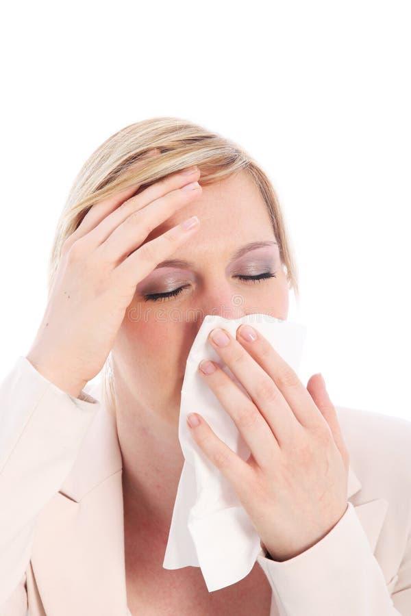 Zieke vrouw met een koorts en kou stock afbeelding