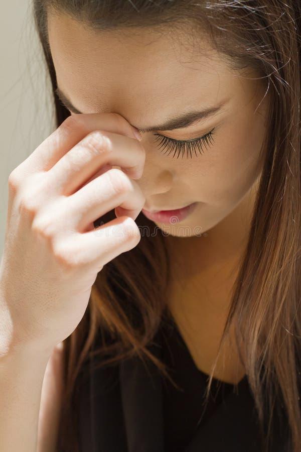 Zieke vrouw met hoofdpijn, migraine, spanning royalty-vrije stock afbeelding
